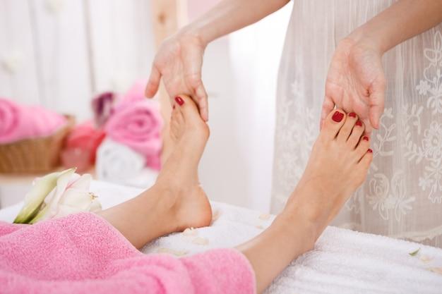スパサロンでペディキュア治療を持つ女性。美容コンセプト。 無料写真