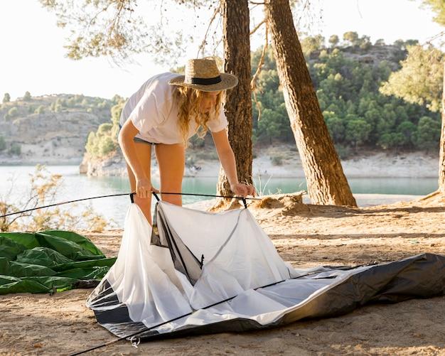 Donna che ha problemi con la tenda Foto Gratuite