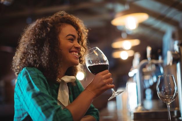 Женщина с вином в баре Premium Фотографии