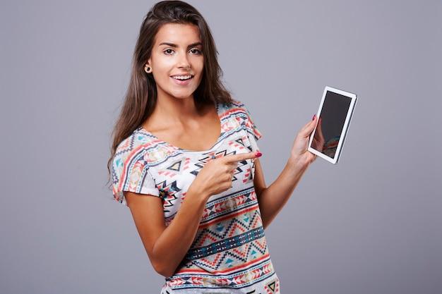 La donna e la sua tavoletta digitale Foto Gratuite