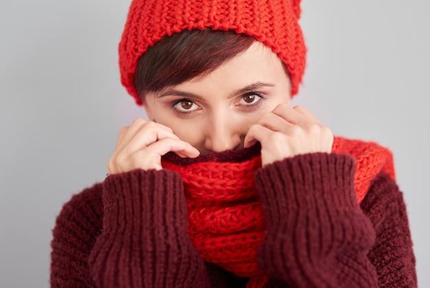 暖かい服に隠れている女性 無料写真