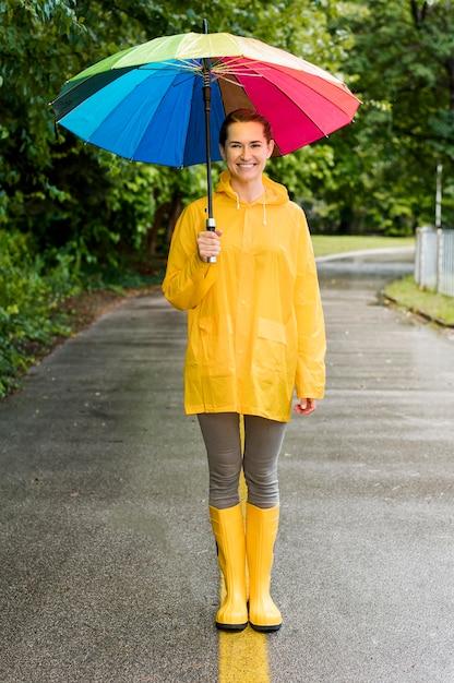 Женщина, держащая красочный зонтик Бесплатные Фотографии