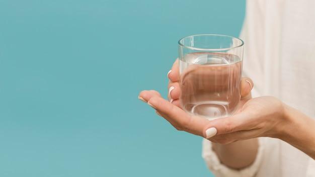 여자가 물 복사 공간 가득한 잔을 들고 무료 사진