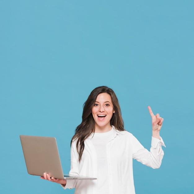Женщина держит ноутбук и идея Premium Фотографии