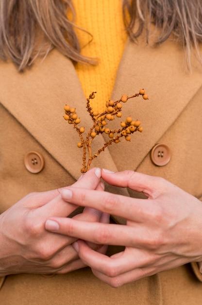 Женщина держит растение на ее груди Бесплатные Фотографии