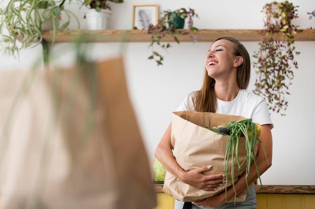 Женщина держит сумку с копией пространства Бесплатные Фотографии