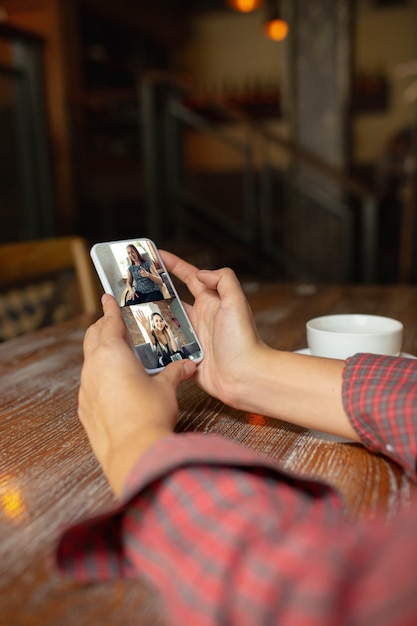 Женщина держит планшет для видеозвонка Бесплатные Фотографии