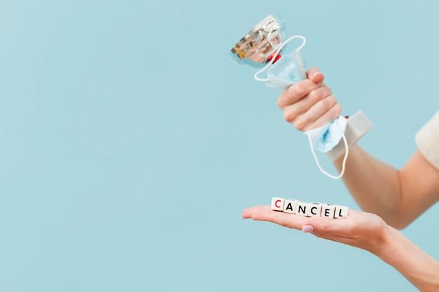 Женщина держит трофей и медицинскую маску Бесплатные Фотографии