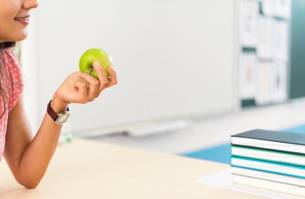 Женщина, держащая яблоко с копией пространства Бесплатные Фотографии