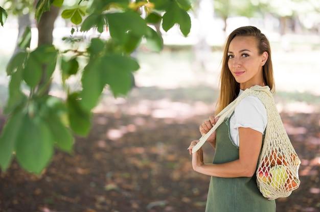 Женщина, держащая экологическую сумку с копией пространства Premium Фотографии