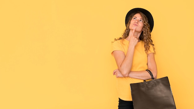 Donna che mantiene venerdì nero shopping bag copia spazio Foto Gratuite