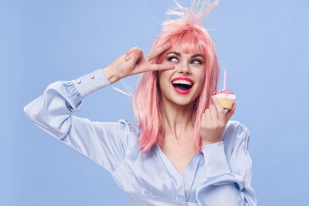 ケーキのお菓子を楽しんでいる女性 Premium写真