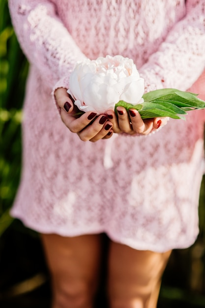 Woman holding a flower Premium Photo