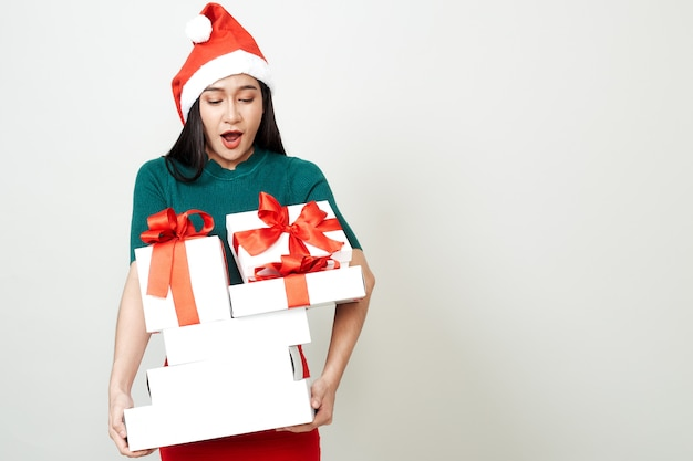 Woman holding gift box christmas Premium Photo