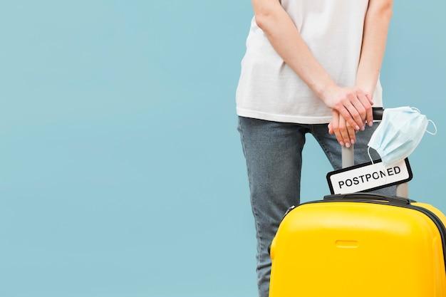 コピースペースで延期された記号で彼女の荷物を保持している女性 無料写真