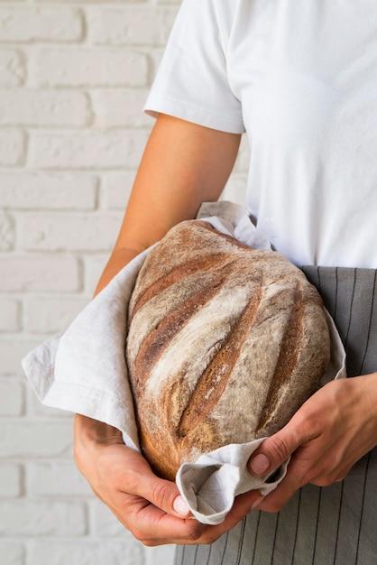 Женщина, держащая буханку хлеба Бесплатные Фотографии