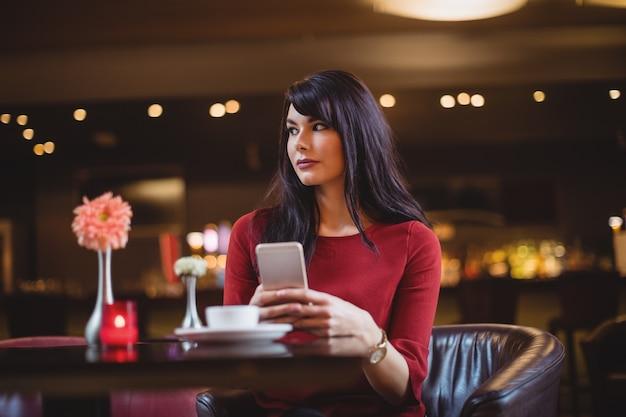 携帯電話を持っている女性 無料写真