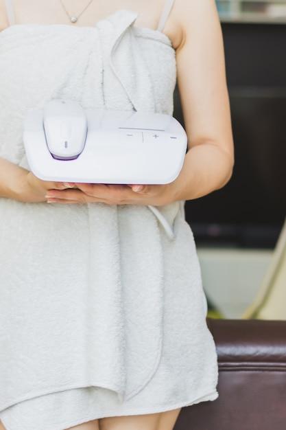 Женщина, личная эпиляция эпиляции lll, готовится к уходу за кожей дома Premium Фотографии