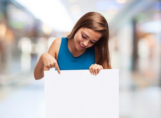 Donna in possesso di un poster Foto Gratuite