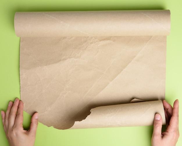 Женщина держит рулон коричневой бумаги Premium Фотографии