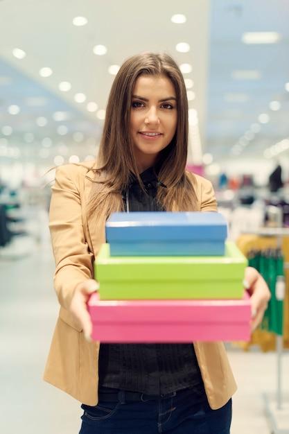 여자가 쇼핑 상자를 들고 무료 사진