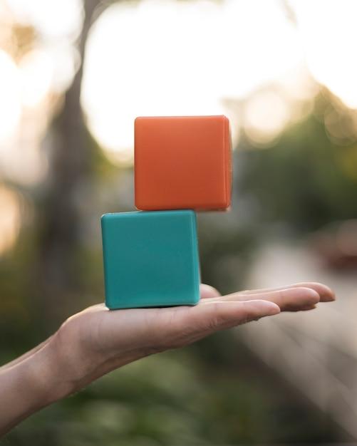 Cubi colorati impilati holding della donna Foto Gratuite