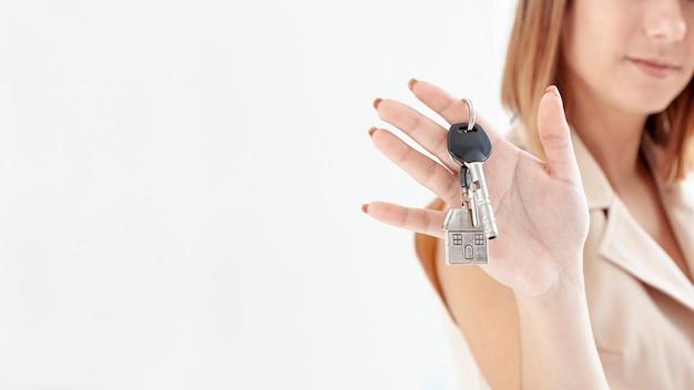 コピースペースで彼女の新しい家にキーを保持している女性 無料写真