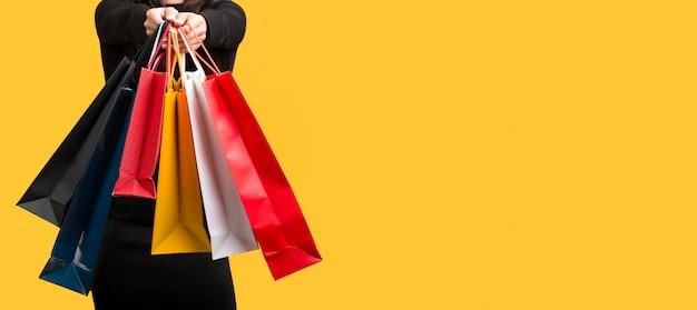 Женщина, держащая различные хозяйственные сумки копией пространства Бесплатные Фотографии