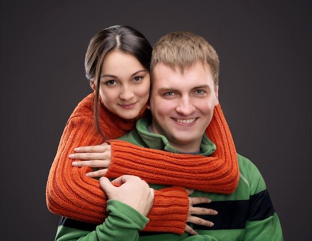 Женщина обнимает своего парня Premium Фотографии