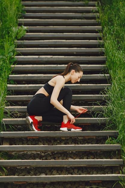 階段の上に立っている黒い靴下着の女 無料写真