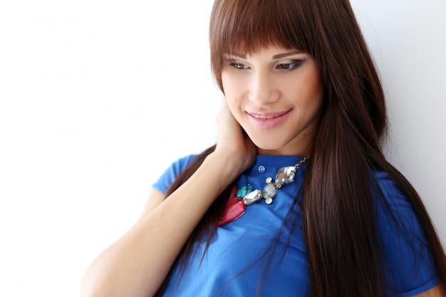 青いtシャツとネックレスの女性 無料写真