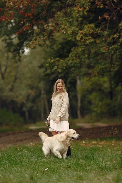Женщина в коричневом свитере. дама с лабрадором. друзья веселятся на улице. Бесплатные Фотографии