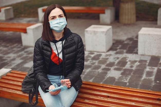 Женщина в одноразовой маске учит ребенка носить респиратор Бесплатные Фотографии