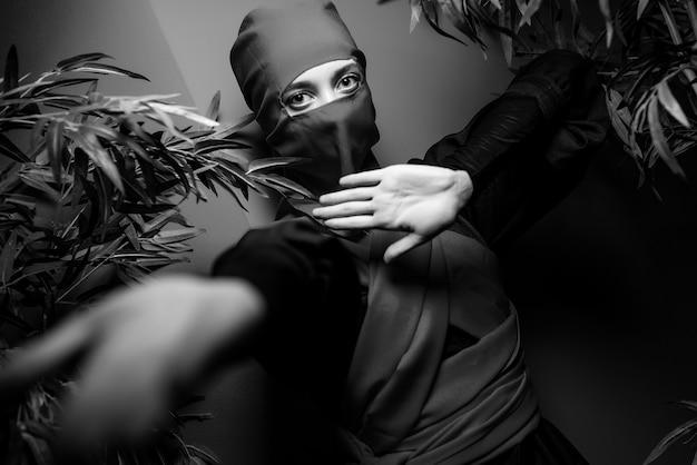 Женщина в костюме ниндзя Premium Фотографии