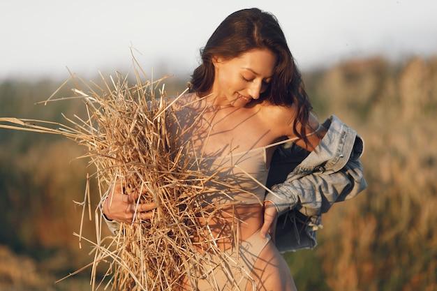 Женщина в летнем поле. брюнетка в коричневом нижнем белье. Бесплатные Фотографии