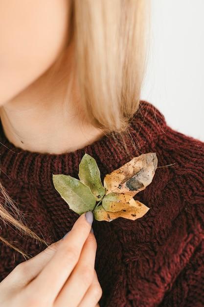 가을 시즌 동안 선명한 잎을 들고 스웨터에 여자 무료 사진