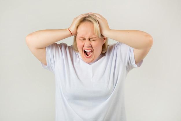 表情の白いtシャツの女性 Premium写真