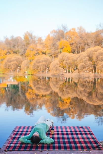 Женщина в осеннем парке под осенней листвой Premium Фотографии