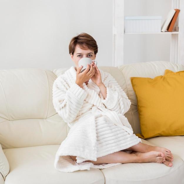 Женщина в халате пьет чай Бесплатные Фотографии