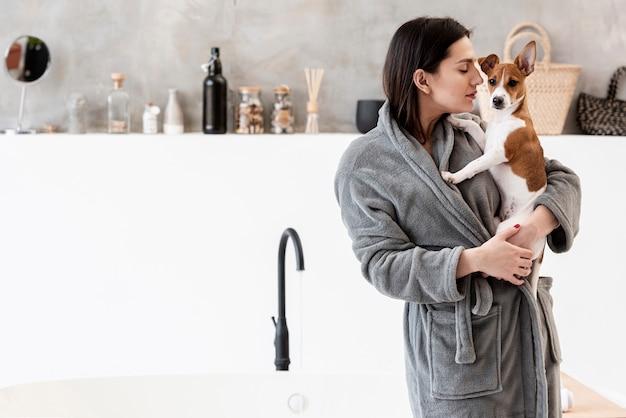 Женщина в ванной, держа ее собаку Бесплатные Фотографии