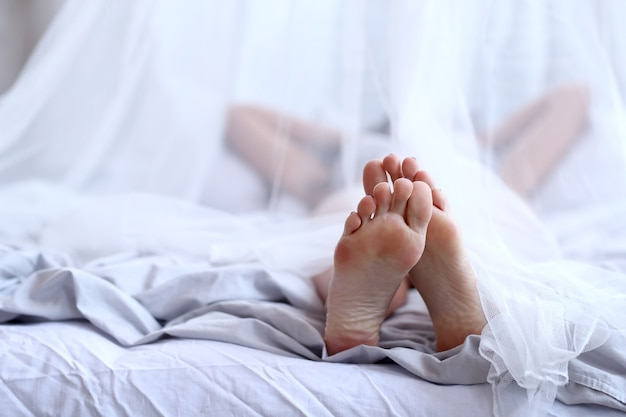 ベッドの中で女性 無料写真