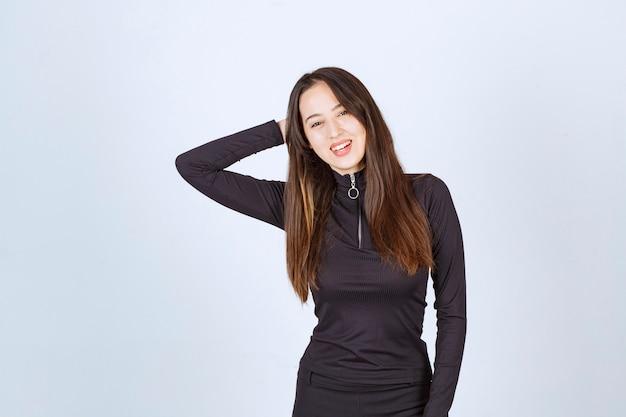 사랑스럽고 낭만적 인 느낌의 검은 옷을 입은 여자. 무료 사진