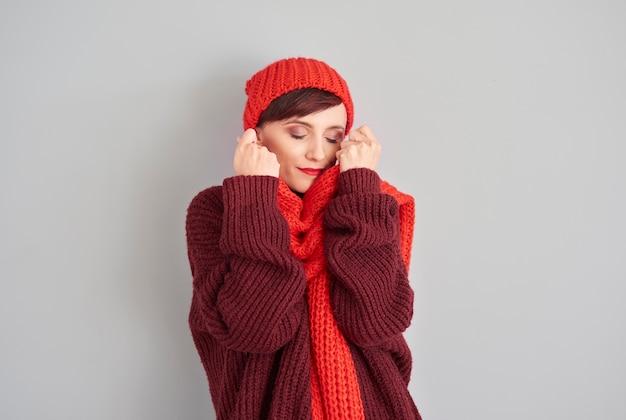 快適で柔らかい冬の服を着た女性 無料写真
