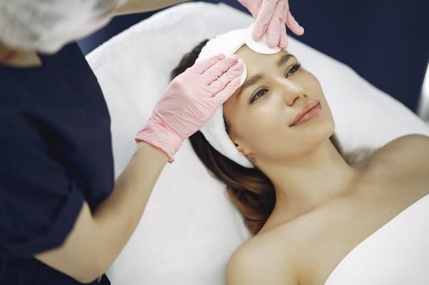 Женщина в косметологической студии на процедуры Бесплатные Фотографии