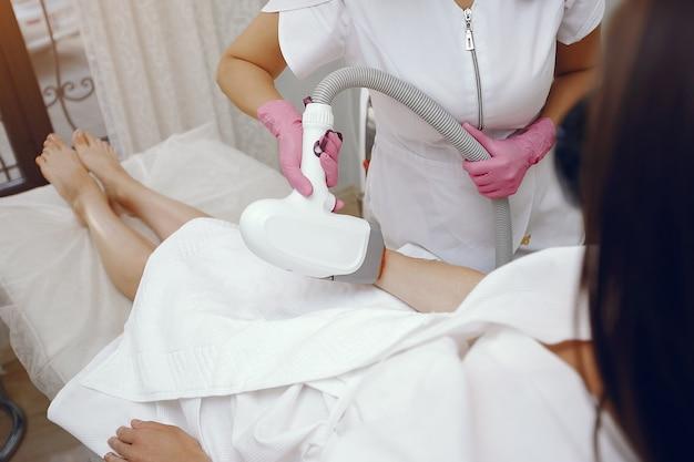 Женщина в косметологической студии по лазерной эпиляции Бесплатные Фотографии