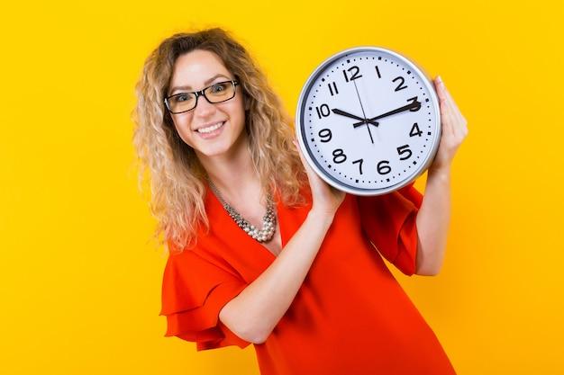 시계와 드레스 여자 프리미엄 사진
