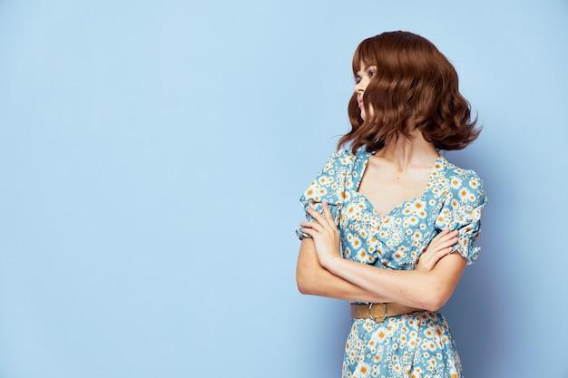 여름 옷을 입고 꽃 드레스 여자 프리미엄 사진