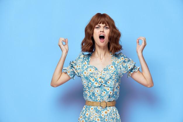 夏服を着ている花のドレスの女性 Premium写真
