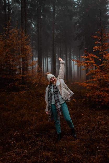 Женщина в лесу осенью Бесплатные Фотографии