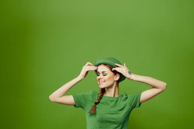 Женщина в зеленом, день святого патрика, зеленый четырехлистный клевер Premium Фотографии